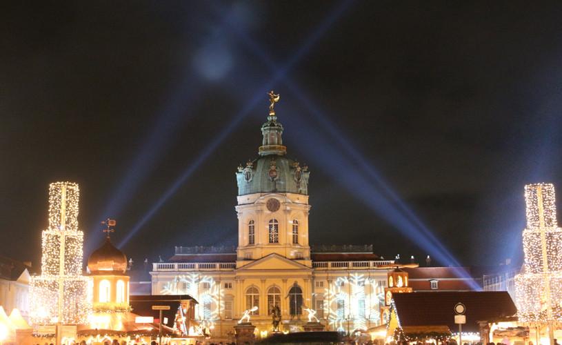 Weihnachtsmarkt vor dem Schloss Charlottenburg, Lichtspiel am Nachthimmel über dem Schloss. Foto: Helga Karl 2014