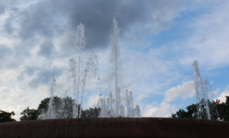Wasserfontänen vor blauem Himmel. Stierbrunnen Arnswalderplatz Berlin. Foto: Helga Karl