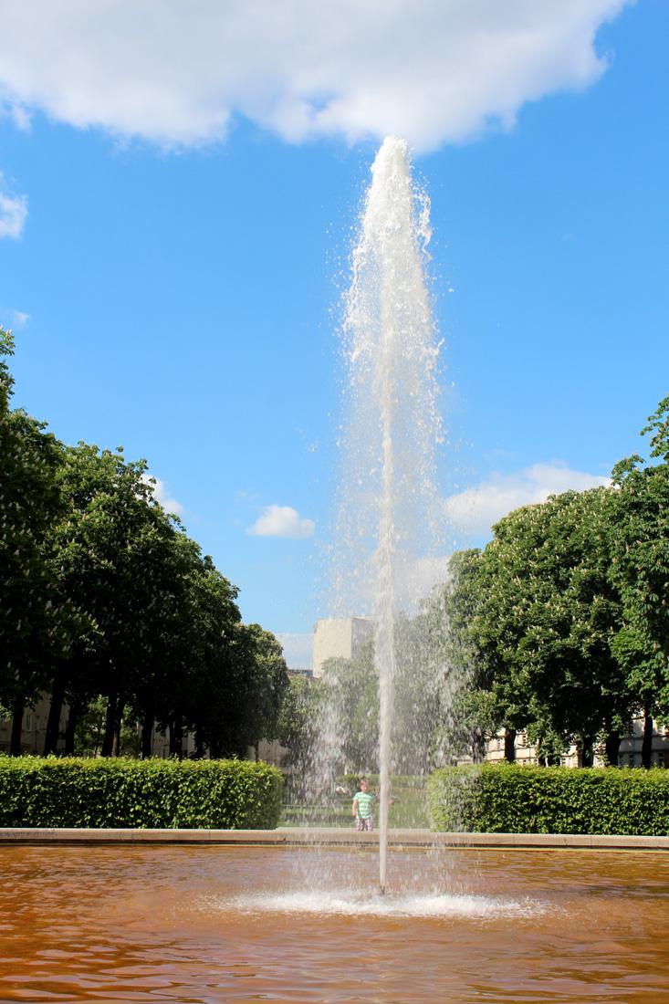 Der große Springbrunnen - zentraler Platz Ceciliengärten Berlin. Foto: Helga Karl