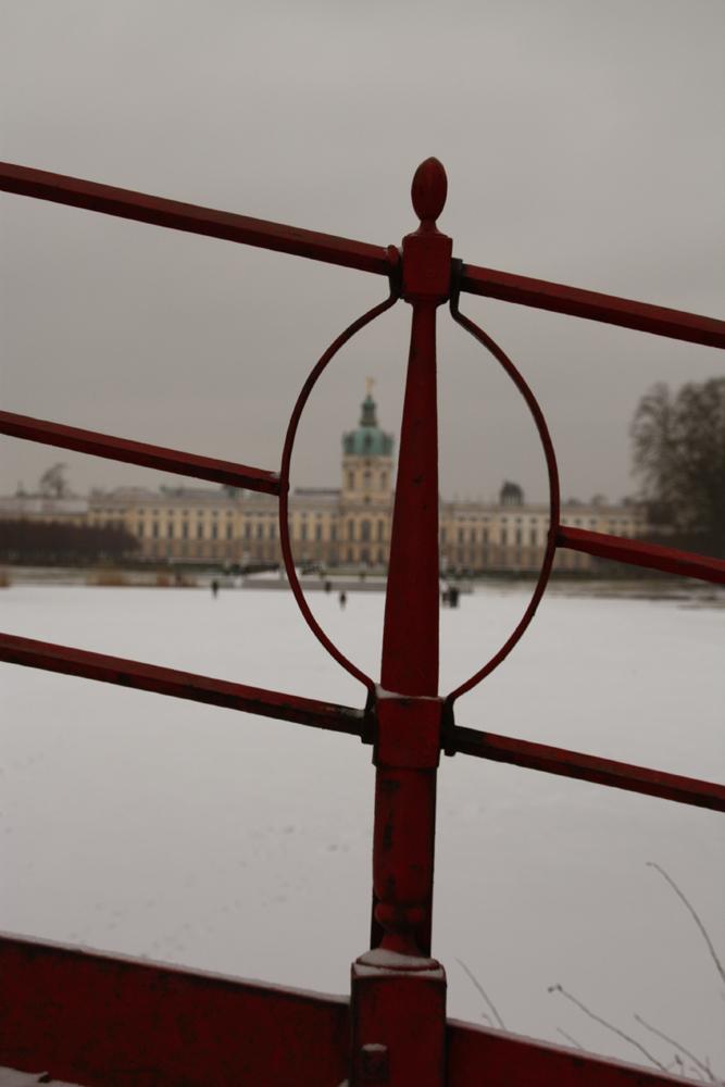 Blick durch das Schmiedegitter der Roten Brücke Schlossgarten Charlottenburg. Foto: Helga Karl