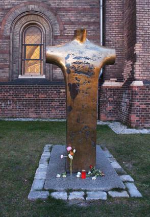 Denkmal für den durch Nazi-Justizmord ermordeten Pfarrer Dietrich Bonhoeffer vor der Zionskirche in Berlin. Foto: Helga Karl