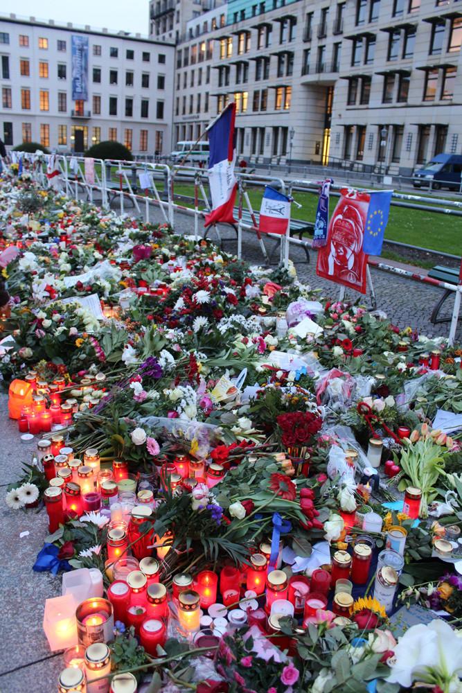 Viele Blumen vor der französischen Botschaft in Berlin - Gedenken an die Opfer  des IS-Terror. Foto: Helga Karl