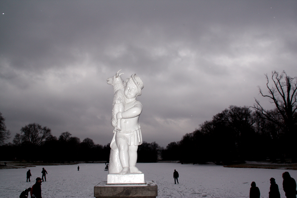 Skulptur am gefrorenen Karpfenteich im Schlossgarten Charlottenburg. Foto: Helga Karl