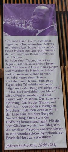 """Plakat mit Bild von Martin Luther King und Text """"Ich habe einen Traum..."""" in der Martin-Luther-King-Kirche in Berlin-Neukölln. Foto: Helga Karl"""