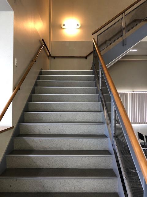 2階会食ホールへの階段