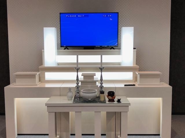 祭壇にモニターを設置し、遺影写真などを投影出来るようになっています。