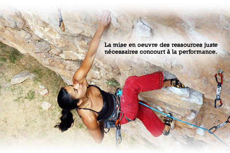 Photo de la grimpeuse Daïla Ojeda s'apprêtant à passer un surplomb. Son positionnement est optimisé de façon à réduire l'effort au strict nécessaire.