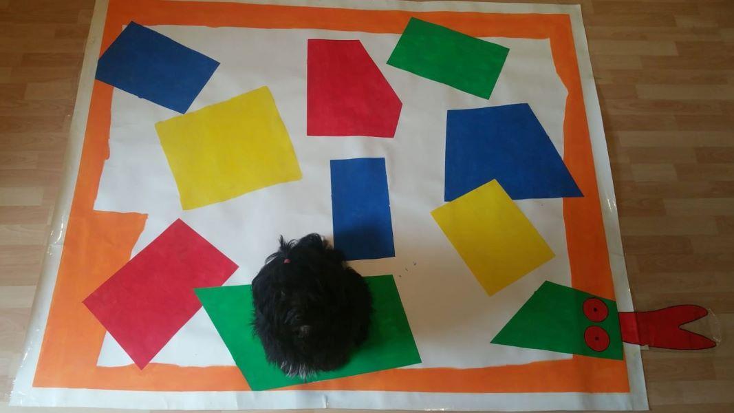Jobi hilft Alina beim Kunstprojekt für die Kinderkrippe!