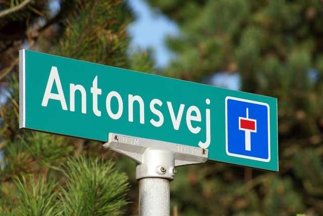 Hier sind wir richtig! Antonsvej! Eine Sackgasse! Unser Haus war das vorletzte von vier Häusern.