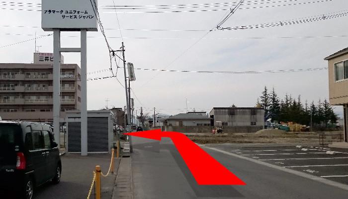 一つ目の路地を左折して50m先右側