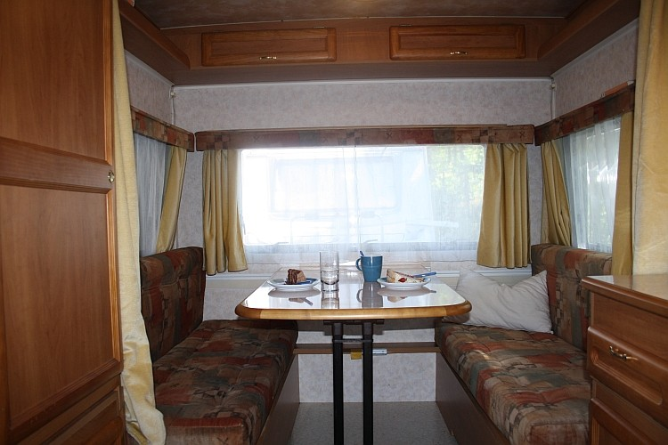 Die große Sitzecke (auch als Doppelbett umzubauen)...