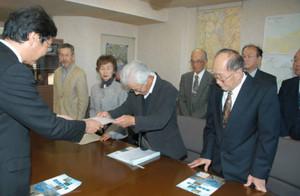 須見所長(左)に要望書を提出する、渡良瀬遊水池をラムサール条約登録地にする会代表 楠氏(東京新聞より)