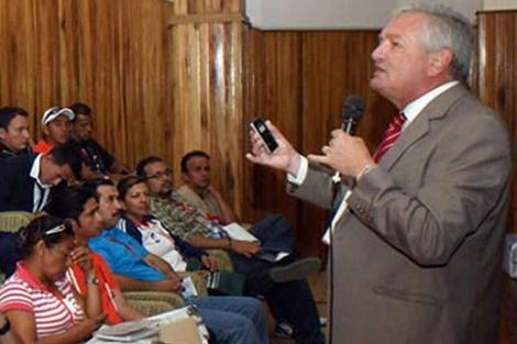 Norberto Outerello en el salón Rivadavia, viernes 27, charla: Derecho de Formación Deportiva
