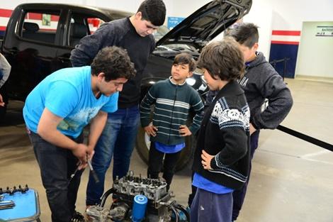 """Cerca de 300 personas en el taller """"Somos mecánicos por un día"""""""