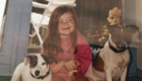 Beatrice Isenburg als Kind mit 2 Hunden