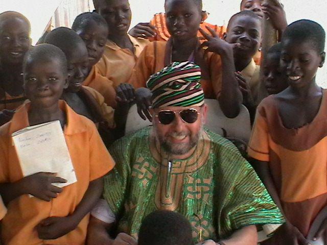 Der Namensgeber Otto Lang mit Kindern in Bawku