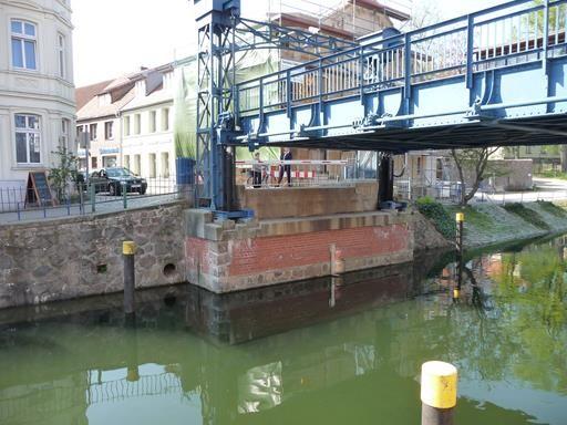 hier hebt sich die Straße: Hubbrücke in Plau