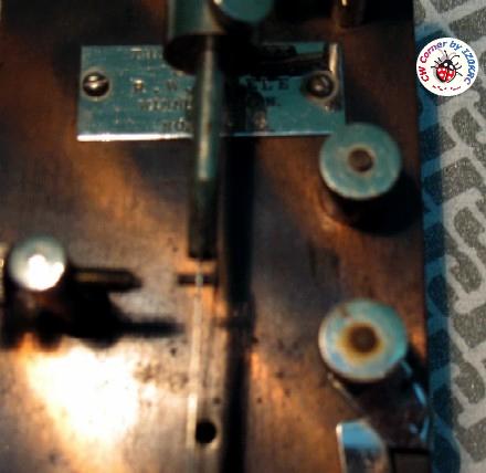 Partic. della molla dei punti, in posizione di riposo. Si può notare il lungo parallelismo con il braccio principale ed il passaggio al lato opposto per mezzo di un foro calibrato che ne permette il contatto con il pilone per la generazione dei punti.
