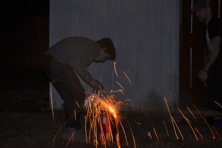 Nobbis Neffe Christian zündet das Feuerwerk...