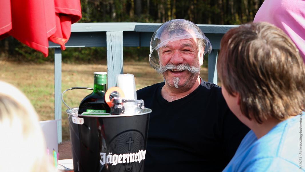 Von Herbert bekommt Nobbi eine Monsterflasche Jägermeister...