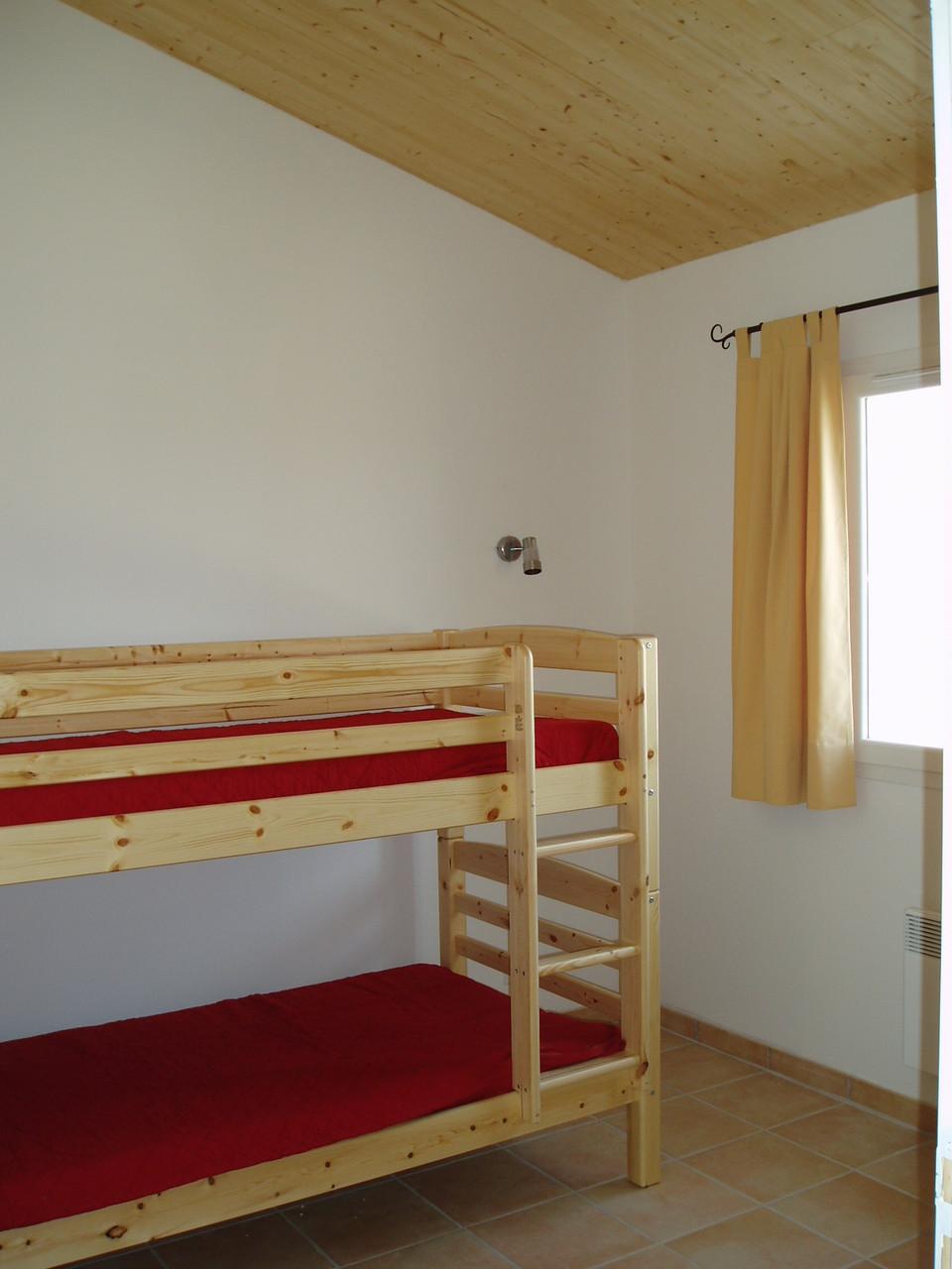 Chambre lits superposés, armoire (12 m2)