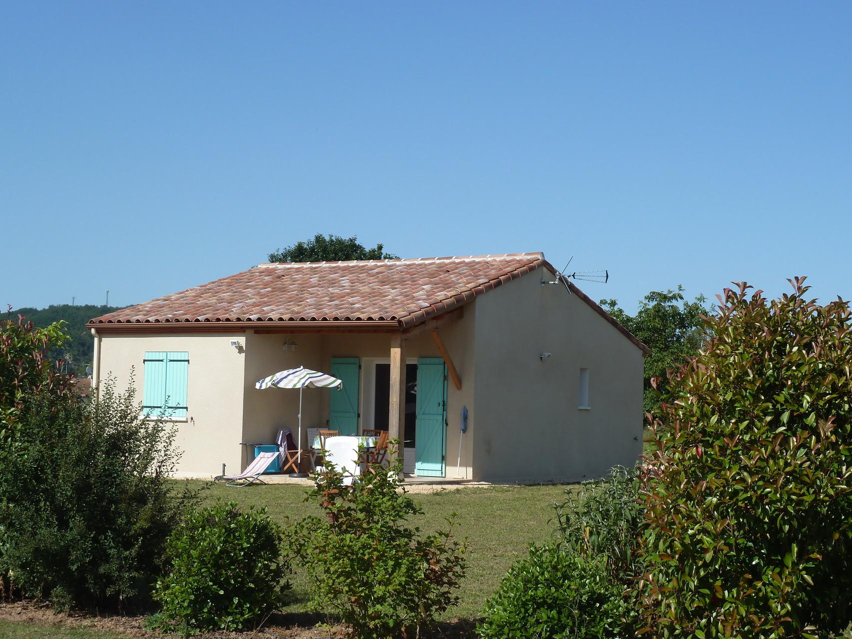 Gite 2 chambres, cuisine équipée, salle à manger, salle d'eau et WC séparés. Terrasse avec salon de jardin