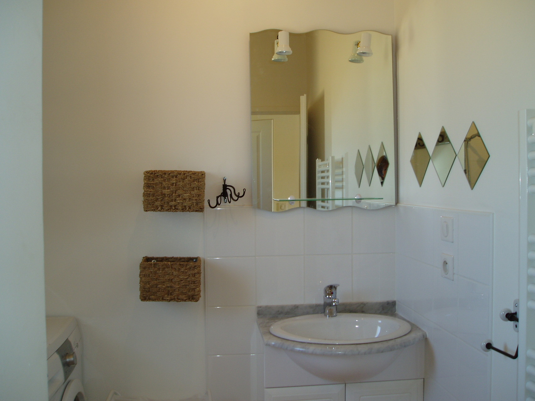 Salle de bain, chaffe-serviette, machine à laver, douche à l'italienne
