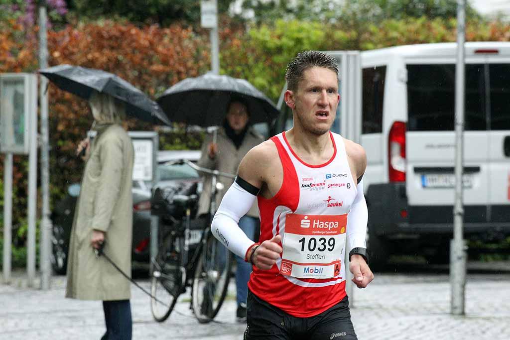 Mit 02:37:05 Stunden kam Steffen nach einem harten Rennen beim Hamburg Marathon auf den 99. Gesamtrang von über 10.000 Teilnehmern. (Foto: NDR)