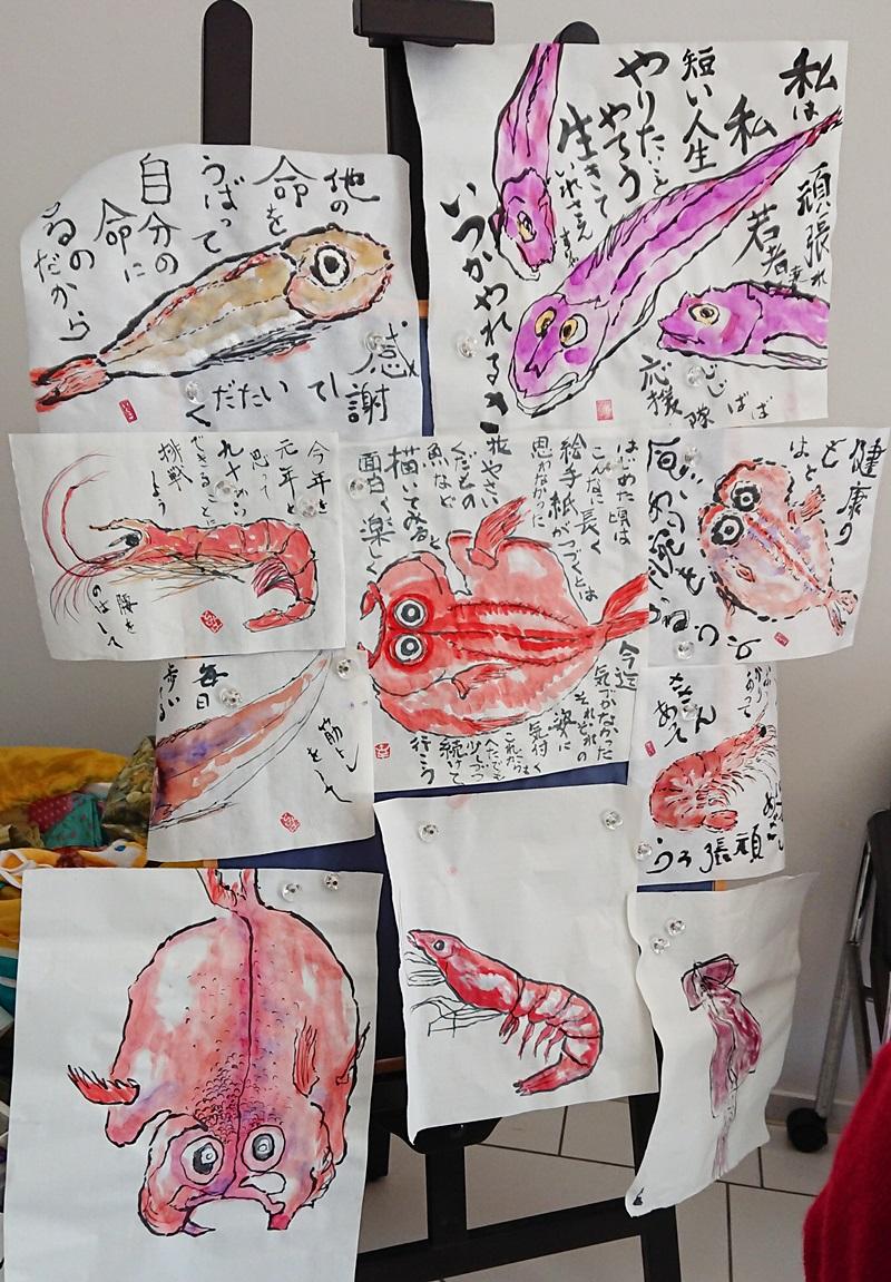 ひだまり亭 大きな紙に魚を描く