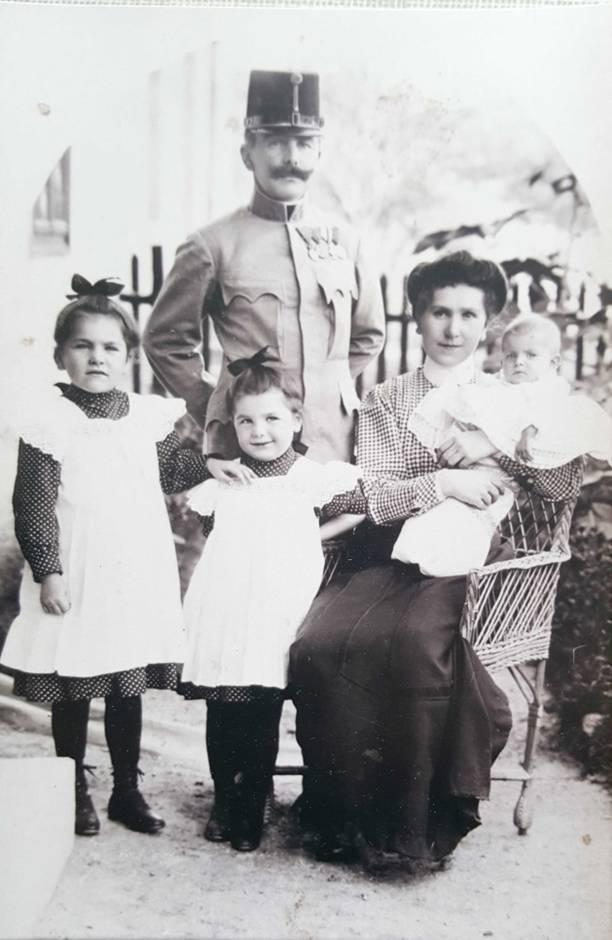ca. 1910 Hauptmann Franz Kammer mit Ehefrau Johanna und den Töchtern: Helene + Hilde + Christine