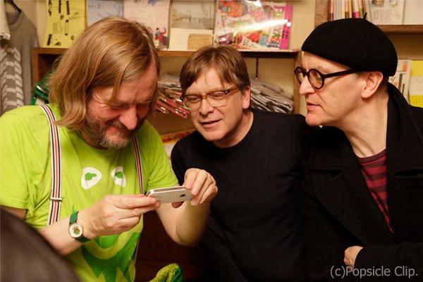 スマホで写真を撮って無邪気に喜んでいる3人(笑)