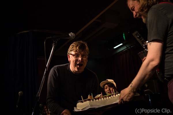 ノーマンの誕生日を祝って準備されたサプライズのバースデーケーキ。嬉しそうでした
