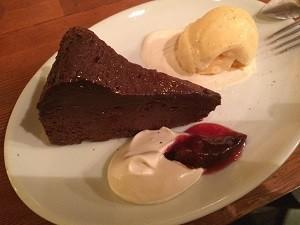 濃厚なショコラケーキとヴァニラアイスクリーム