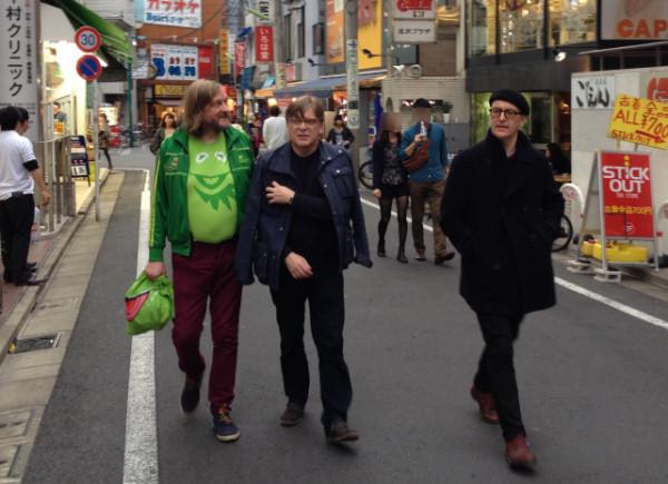 下北沢の街を歩くポップブラザーズ!