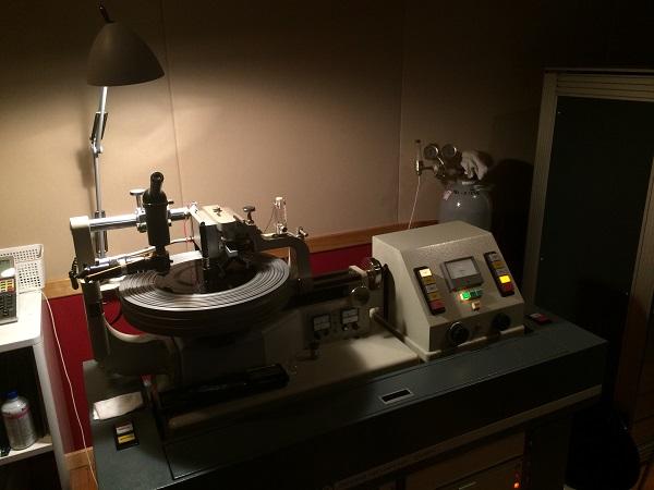 カッティングしている様子。機械が溝を彫っているのがわかる。ノイマン製VMS-70