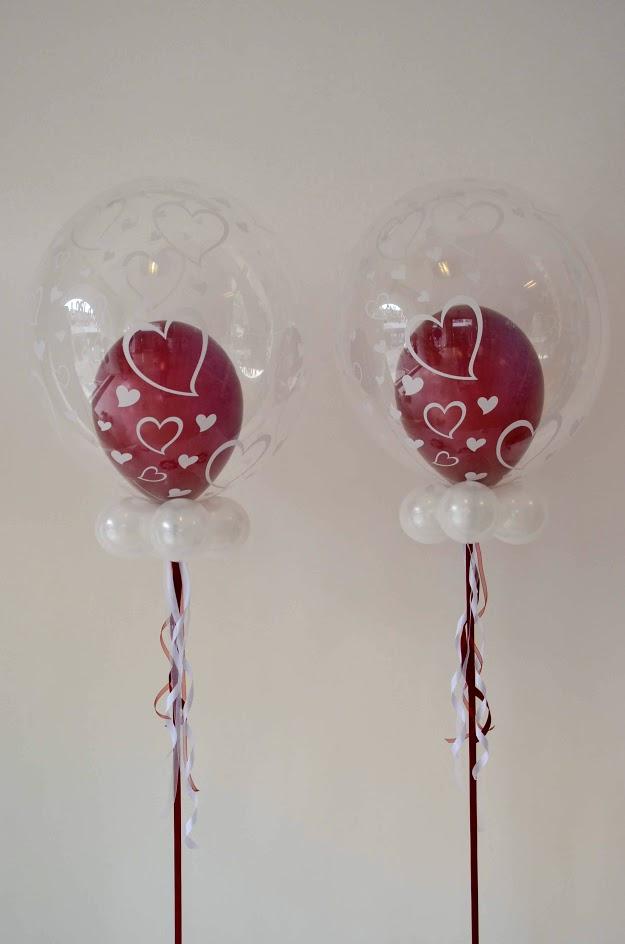 Alles Liebe. Mit Herzen bedruckte Bubbles. Dazu ein weinroter Innenballon.