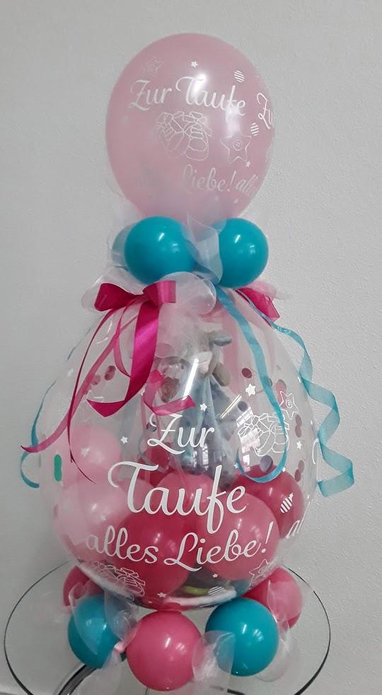 Verpackungsballon werden zu jedem Anlass und in allen Farben kreiert: Hier speziell zur Taufe. Können Sie das Geschenk sehen, welches im Ballon hängt?