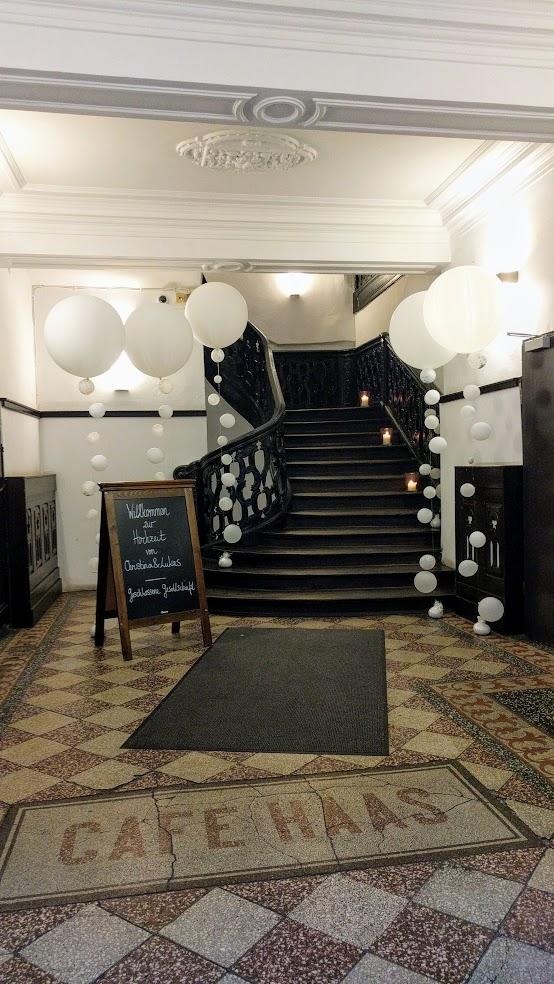 Riesenballons mit einer Ballonkette aus kleinen Ballons. So wird der Treppenaufgang oder der Weg einzigartig schön gesäumt.