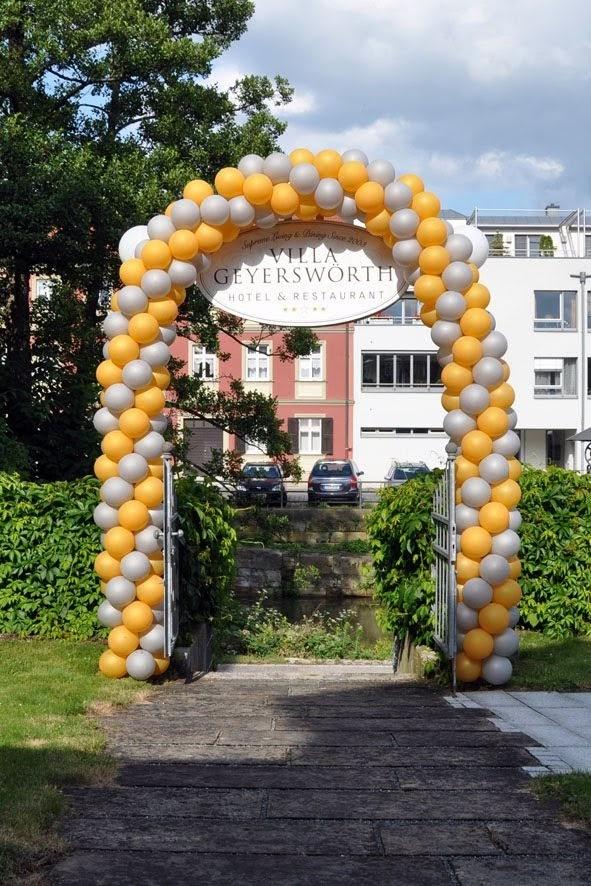 Ballonbogen am Gartentor. Viele Farben und Ausführungen möglich. Villa Geyerswörth.