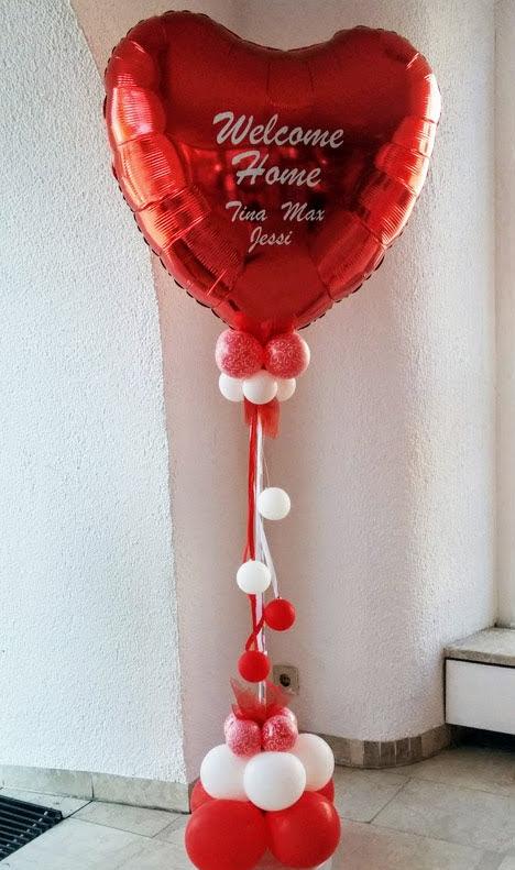 """Mit Folienplott personalisierte """"Welcome Home"""" Message auf riesigem roten Folienherzballon als Säule. Schriftart und Text wird als Unikat nach Ihrem Wunsch gefertigt. Bitte mindestens 3 Tage vorbestellen."""