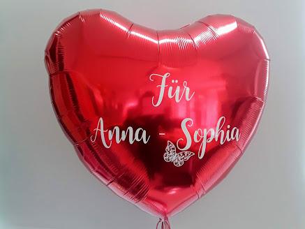 Individuelle Ballonbeschriftung mit Folienplott auf rotem Folienherzballon. Schriftart und Text wird als Unikat nach Ihrem Wunsch gefertigt. Bitte mindestens 3 Tage vorbestellen.