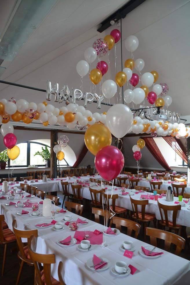 Happy Birthday Saaldekoration mit Tischfontänen, organic Girlande und Raumteiler im Giebel. Wie schön darf Ihr Geburtstag sein?