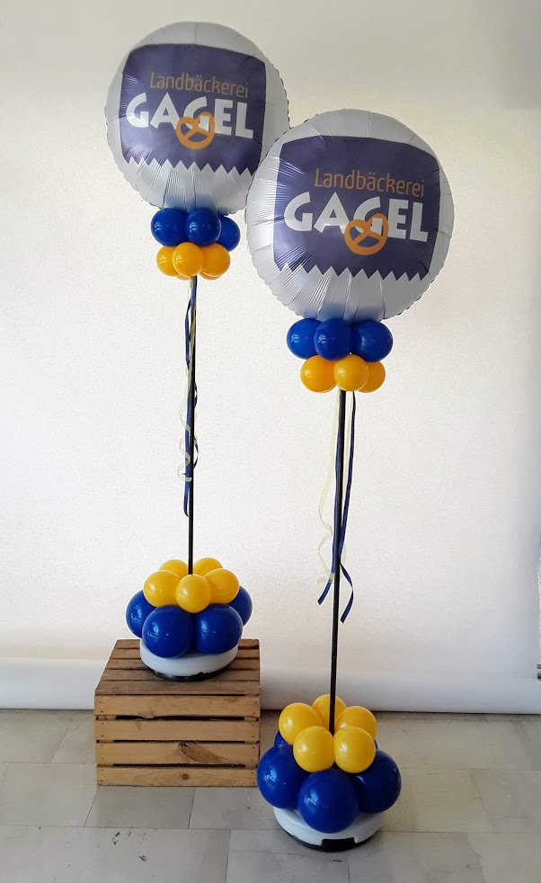Mit Ihrem Logo in 4c bedruckter weißer Ballon. Ein ganz besonderer Logoballon. In verschiedenen Größen und Formen möglich. Hier als Säule am Eingang.