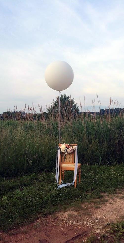 Riesenballons sind eine edle Dekoration. Ein einzelner Ballon z.B. am Stuhl wirkt so edel.