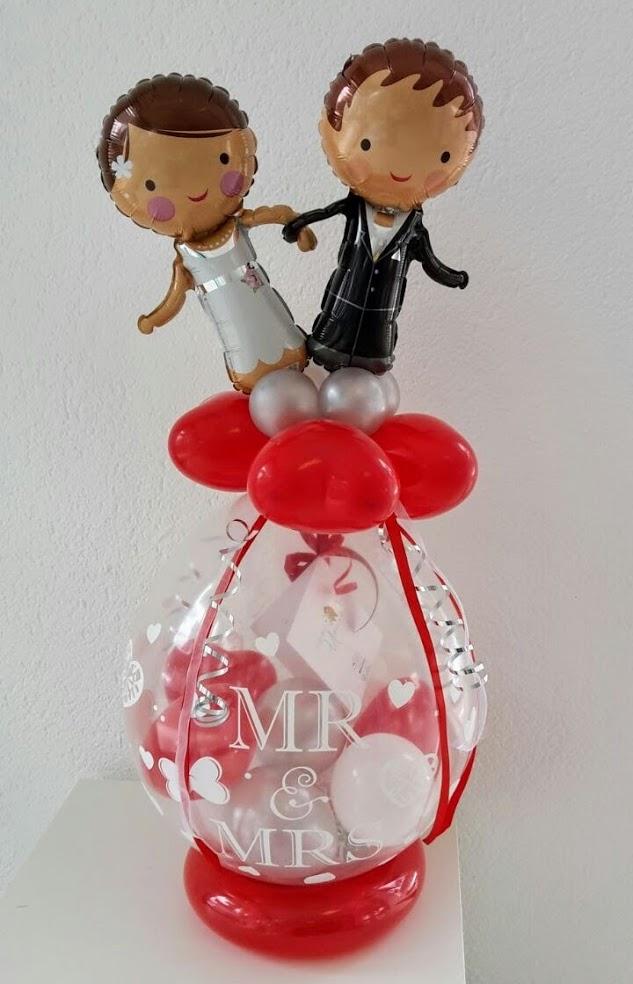Ein Verpackungsballon mit kleinem Brautpaar als Topping. Die optimale Verpackung für Ihr (Geld)geschenk.