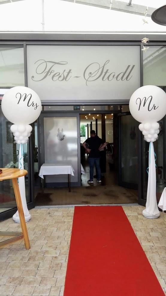 Mr. und Mrs. Ballons als Säule dekorieren edel den Eingang zur Location.