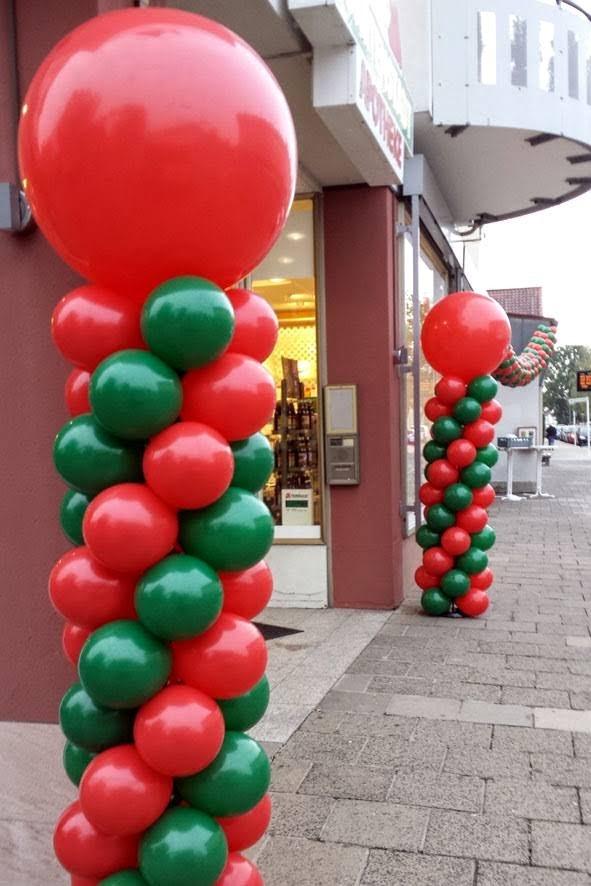 Spiralförmig gedrehte Säulen mit Riesenballontopping. Gartenstadt Apotheke.