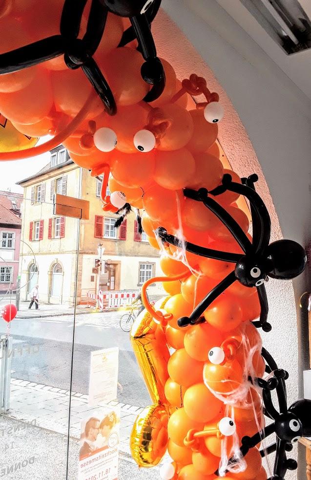 Beeindrucken Sie Ihre Gäste mit einem schaurig gruselig schönen Halloween Ballon-Bogen für die perfekte Grusel-Party. Mit Augen, Spinnen und Spinnenweben fürchten sich garantiert alle.