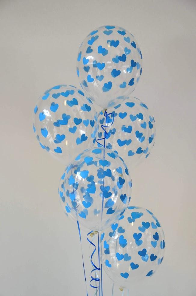 Ein Ballonbouquet ist immer eine gute Idee wenn es um Raumdekorationen geht. Hier sind es schöne durchsichtige Ballons mit blauen Herzen.