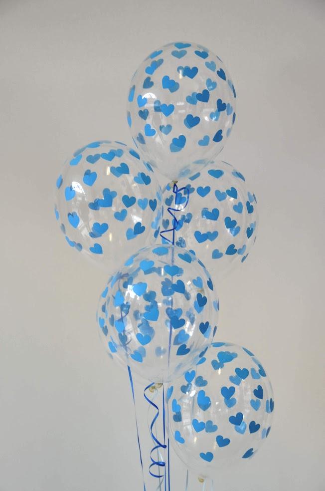 Fünf mit blauen Herzen bedruckte Ballons zu einem Bouquet gebunden. Als Geschenk oder Raumdekoration.